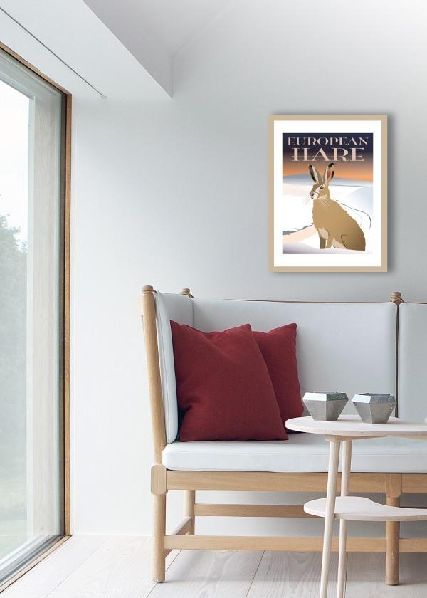 Hare plakat med snedækket landskab som baggrund hænger på væg