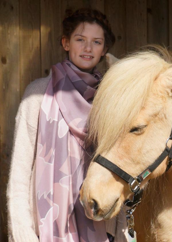 Tørklæde i rosa farver vist på model